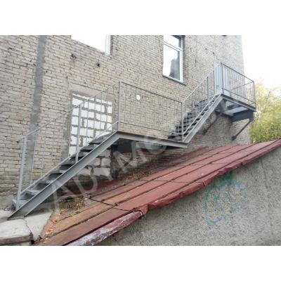 Лестница белая металлическая на двух косоурах 16