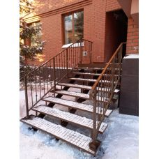 Уличная лестница на трёх косоурах