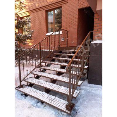 Уличная лестница на трёх косоурах на заказ