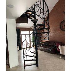 Лестница винтовая с коваными перилами и балюстрадой